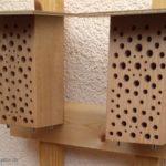 Die beiden neu aufgestellten Wildbienennisthilfen Frühjahr 2018.